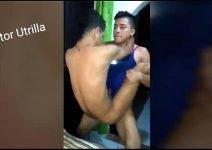 Gay sentando com a bunda na piroca do amigo dotado