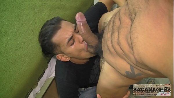 Homem da rola grande gozando na boca do vizinho