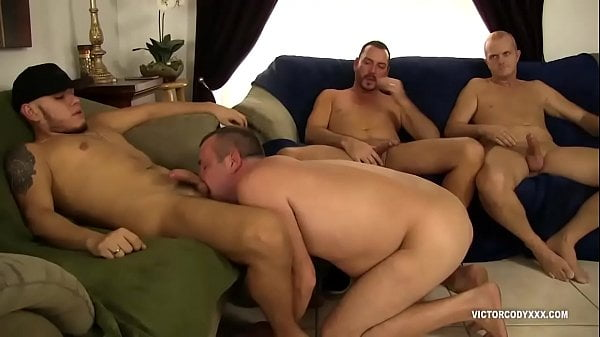 Meninos de pau duro transando gostoso na orgia gay