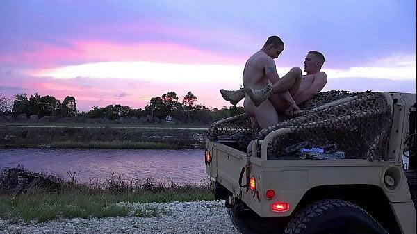 Garotos de pau duro bem safados fazendo porno gay no carro