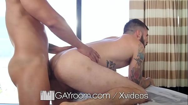 Sexo gay amador brasileiro tatuado gostoso comendo o rabo do amigo