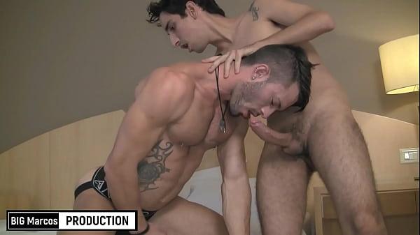 Sexo gay gif do passivo tatuado fazendo garganta profunda