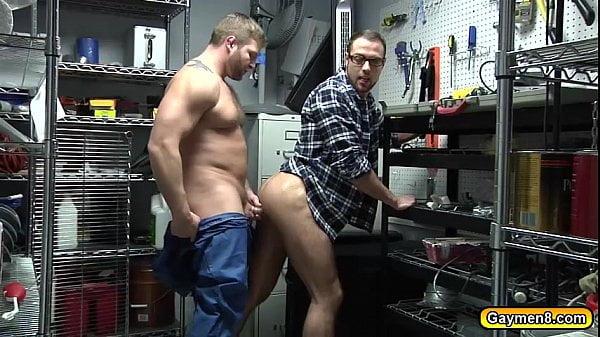 Porno gay com novinhos fodendo na garagem escondido