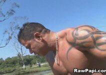 Boy dotado enrabando o gay novinho de ladinho