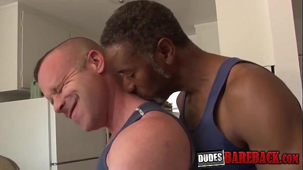 Rola de negao fudendo o cuzinho do coroa gay