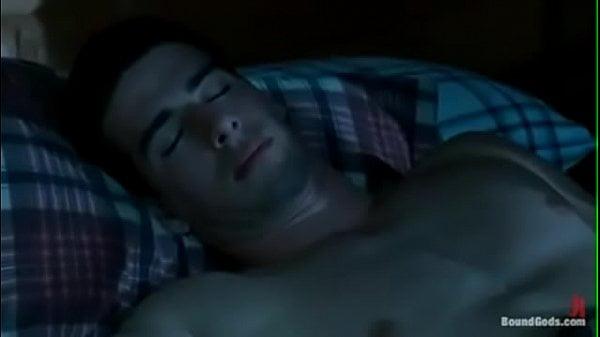 Comendo o amigo dormindo no pornogay amador