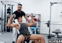 Homens transando na academia pelados com tesão