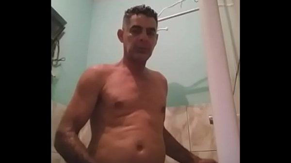 Homem coroa nu batendo punheta no banheiro
